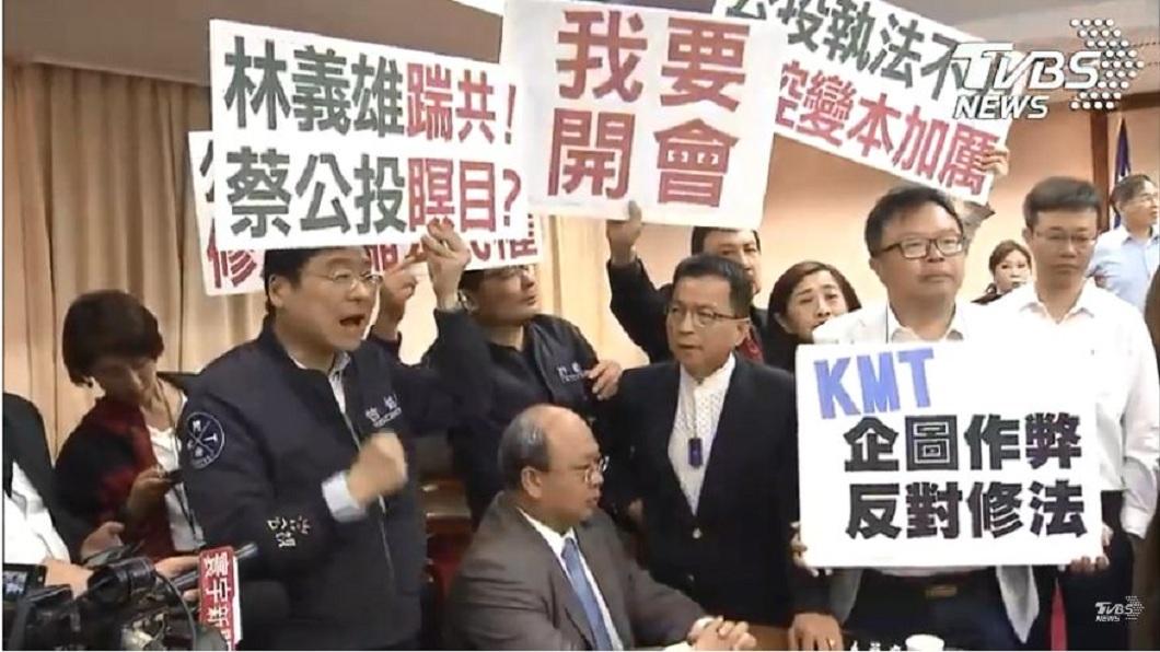 審查《公投法》修正法案,藍營發動抗議阻擋。(圖/TVBS)