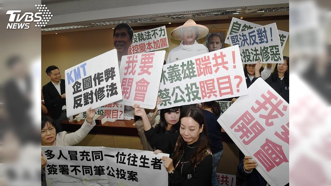 圖/中央社 藍委清晨突襲搶佔主席台 立院審查公投法又停擺