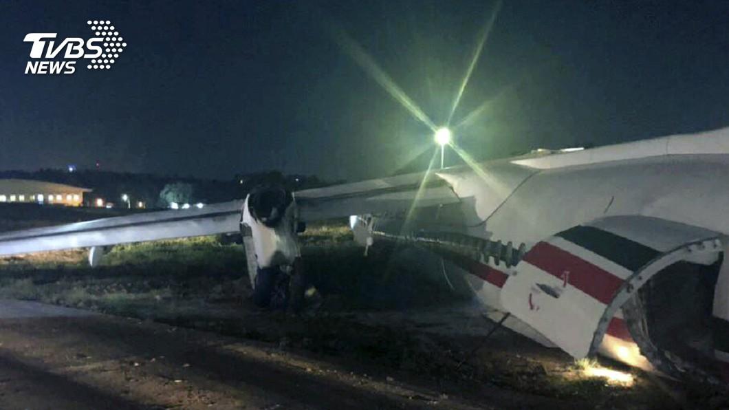圖/達志影像美聯社 降落滑出跑道 孟加拉航空飛機斷三截