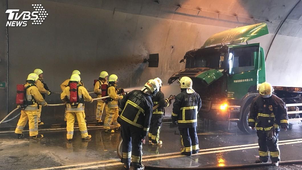 圖/中央社 觀音山隧道貨櫃車車頭起火 台64線嚴重回堵