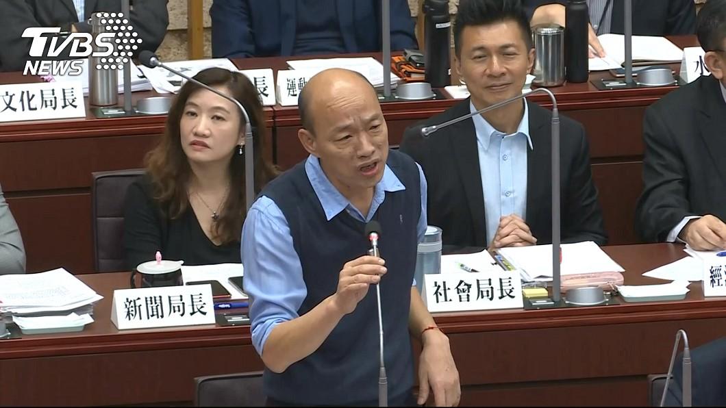 圖/TVBS 議員要求起立「快念小抄」 韓怒:為何要像小學生站在這