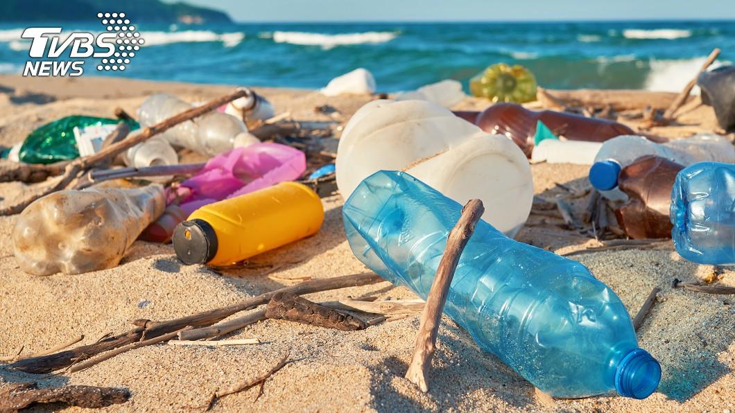 塑膠汙染日益嚴重,除了減少使用,也需要找到替代品。示意圖/TVBS 科學家研發出「100%回收的塑膠」 盼能解決環境污染