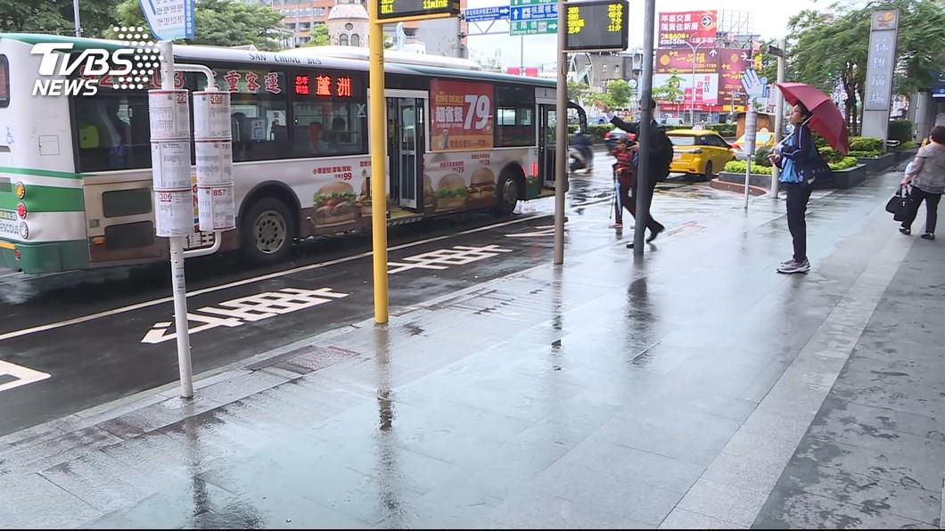 7月起,雙北公車收費將統一為「上下車皆需刷卡」」。圖/TVBS 酒駕最高罰12萬! 7/1起8大新制報你知