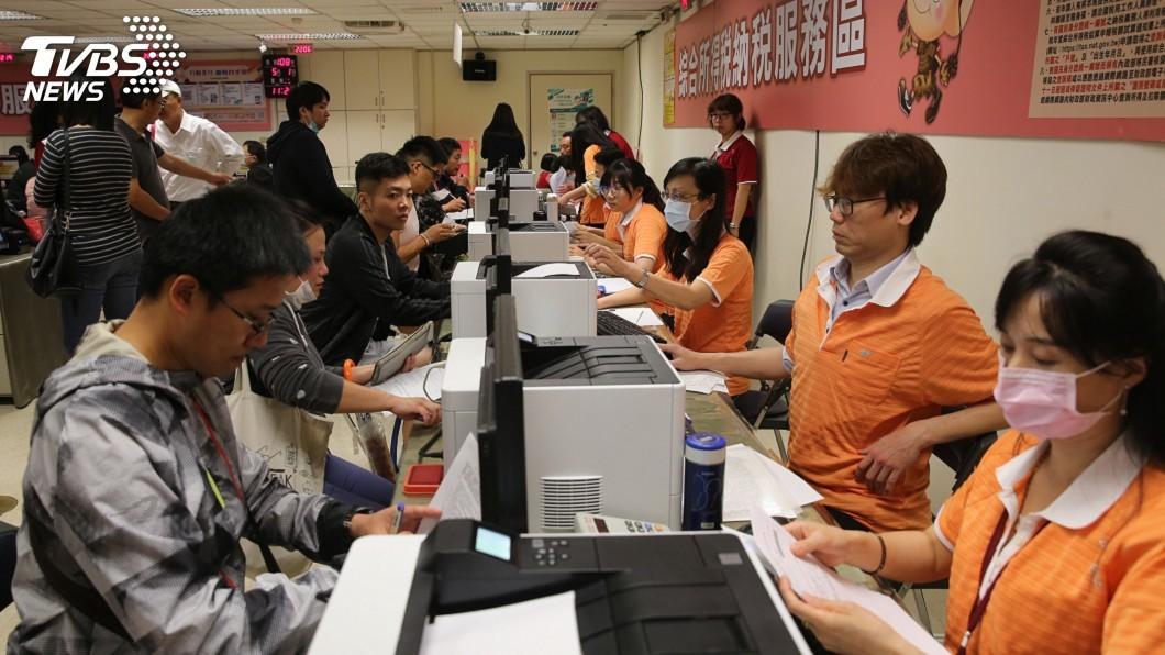 圖/中央社資料畫面 避免群聚感染 財長:綜所稅申報全面延長至6月底