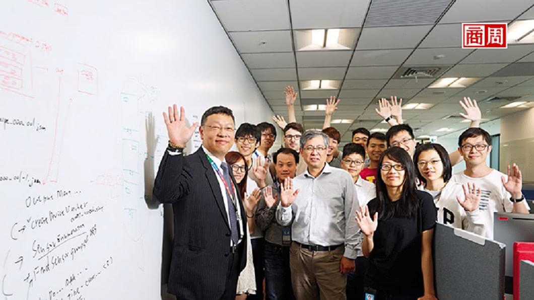 台灣微軟AI研發中心執行長張仁炯(左1)帶領的團隊,有新鮮人、20年資歷工程師、總部來的研究員,還有清大教授。圖/商業周刊 深入信義區「宅男窩」 看微軟、谷歌挖台灣AI腦