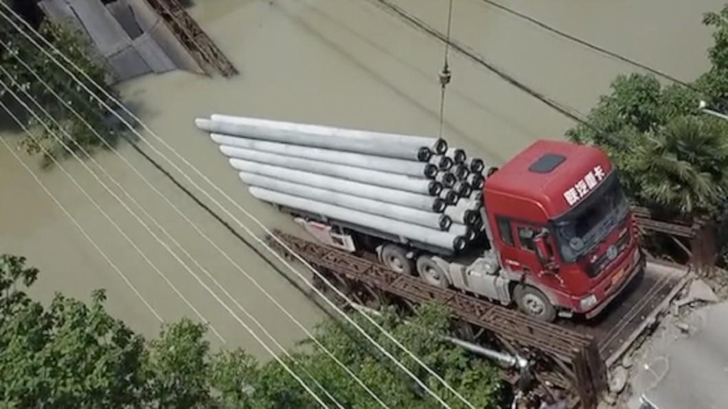 圖/《看看新聞》 超重近50倍!90噸聯結車壓垮危橋 駕駛賠慘了