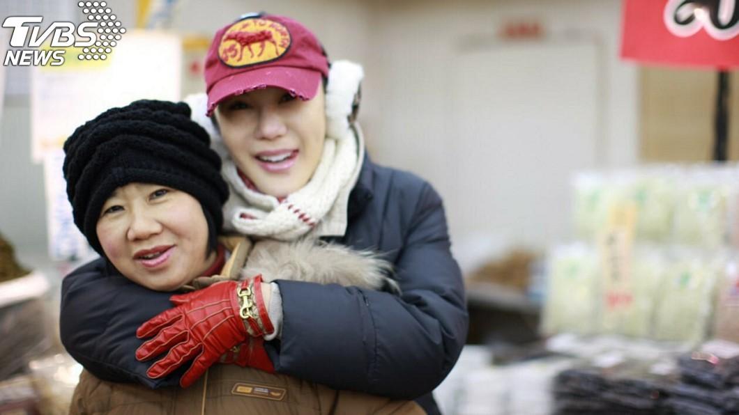 利菁和媽媽。(圖/伊林娛樂提供)