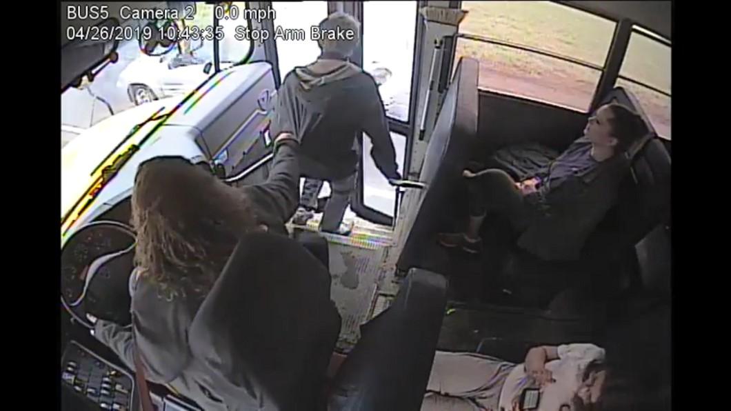 圖/翻攝自 臉書 驚險!公車司機一手抓住 將乘客從鬼門關救回