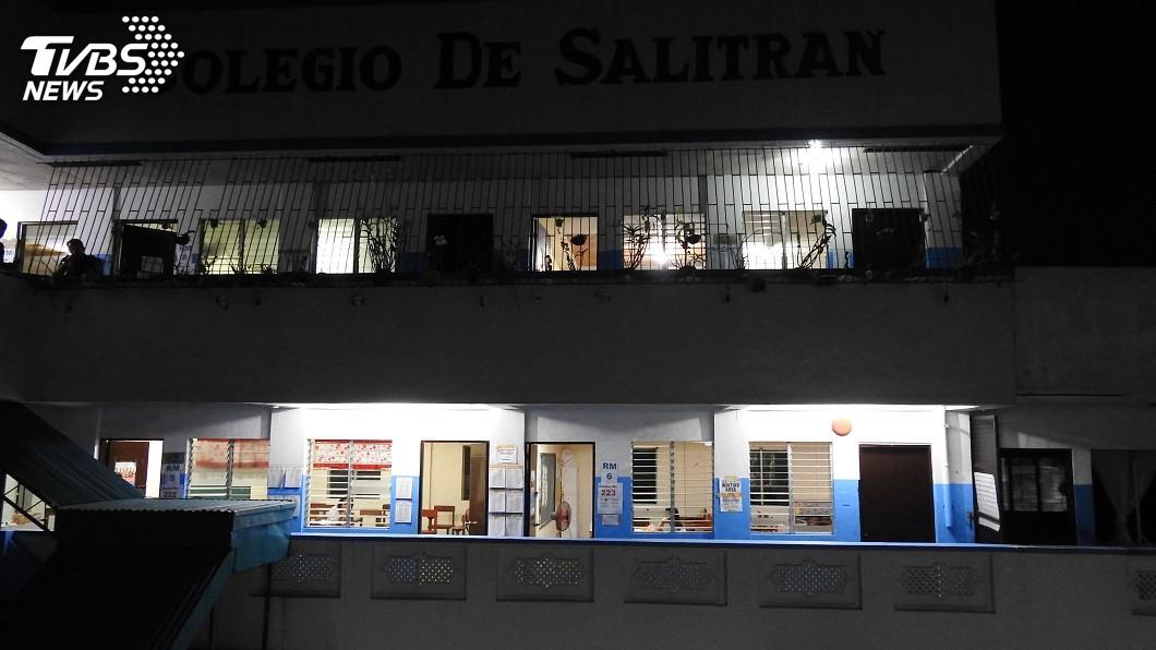 在馬尼拉以南的達斯馬里那斯市(Dasmarinas)一處投票所,不到凌晨5時,選務人員已就定位,忙著完成動線、選票、計票機安排與設置工作。圖/中央社 菲國期中選舉登場 選民人數逾6千萬創下紀錄