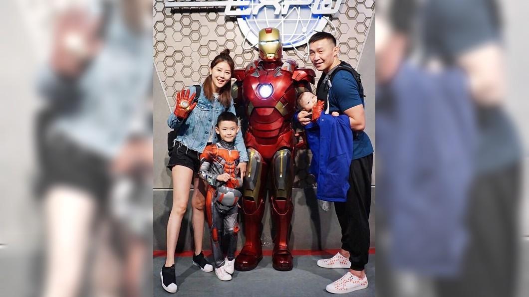 嚴立婷與家人去香港迪士尼遊玩。圖/翻攝自嚴立婷IG