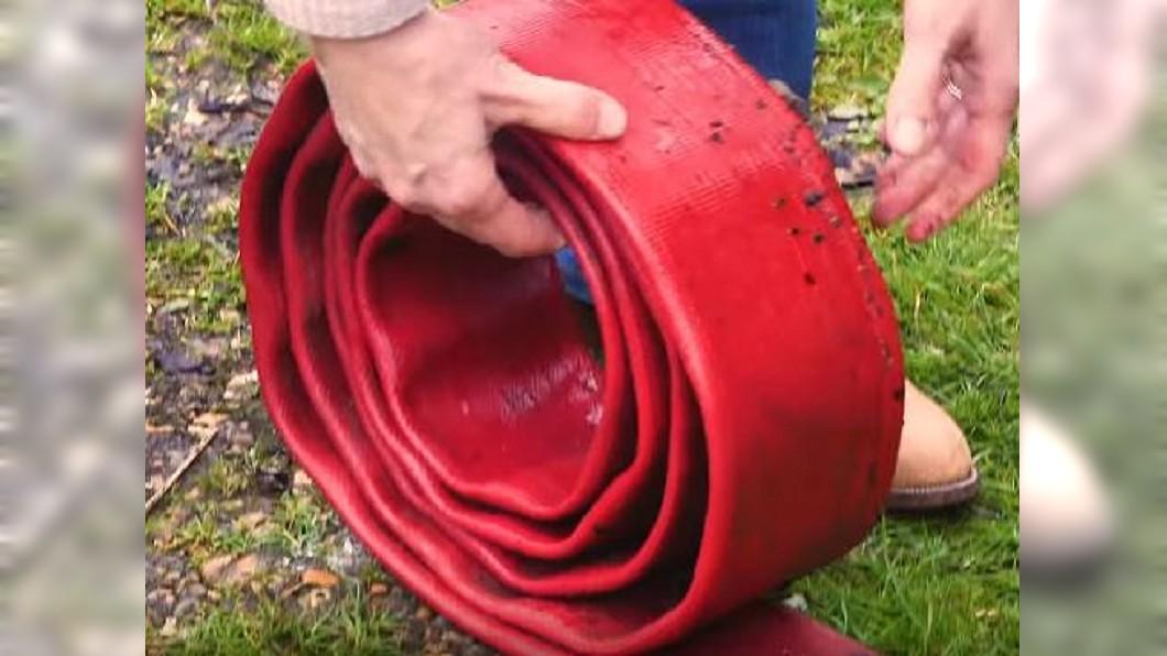 圖/翻攝自INSIDER YouTube 廢棄消防水龍做包包 英企業讓精品業變環保