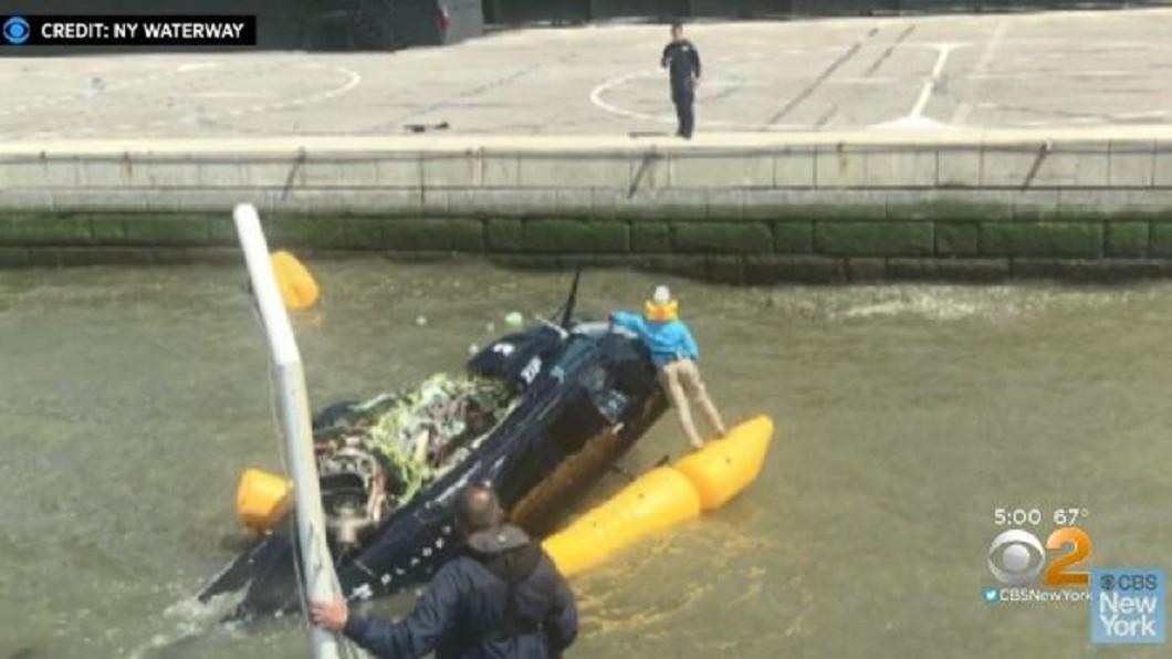 圖/翻攝自CBS New York youtube 直擊直升機紐約墜河嚇壞民眾 幸僅2人輕傷