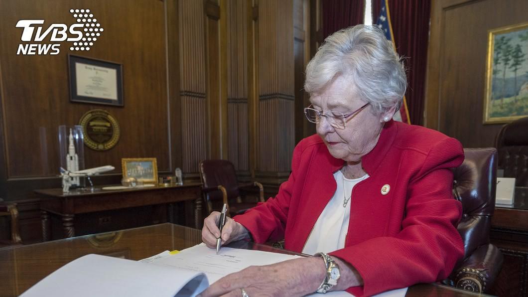 阿拉巴馬州長伊佛(Kay Ivey)昨(15)日簽署該法案。圖/達志影像美聯社