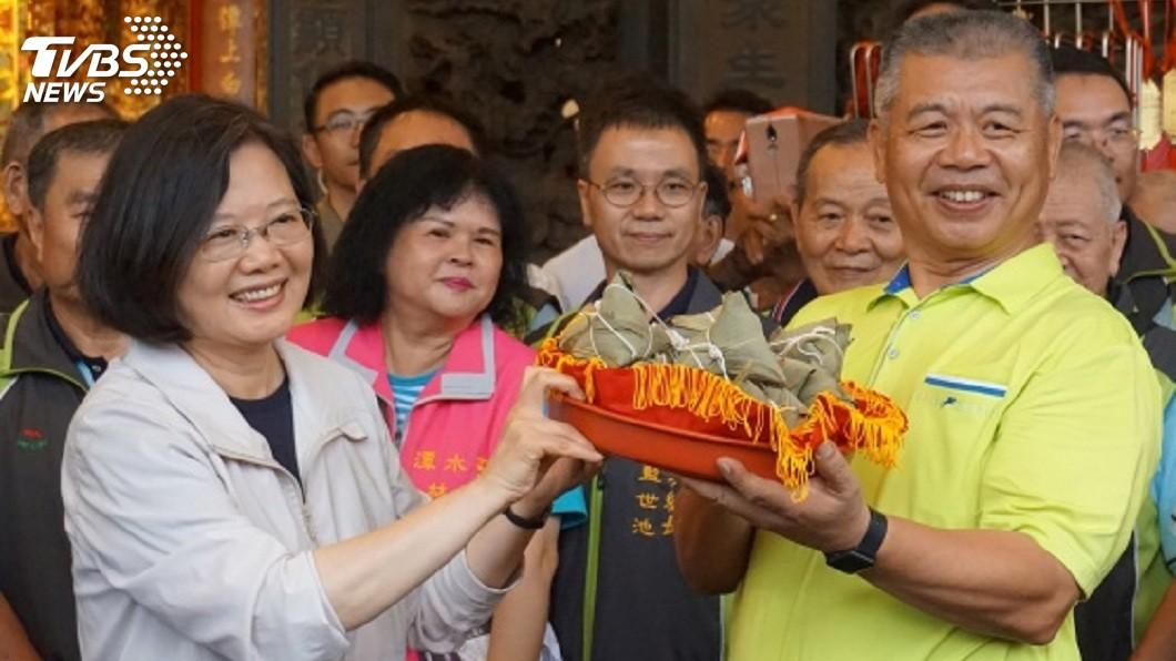 廟方人員代表致贈小英粽子,預祝她2020順利連任。(圖/中央社,TVBS)