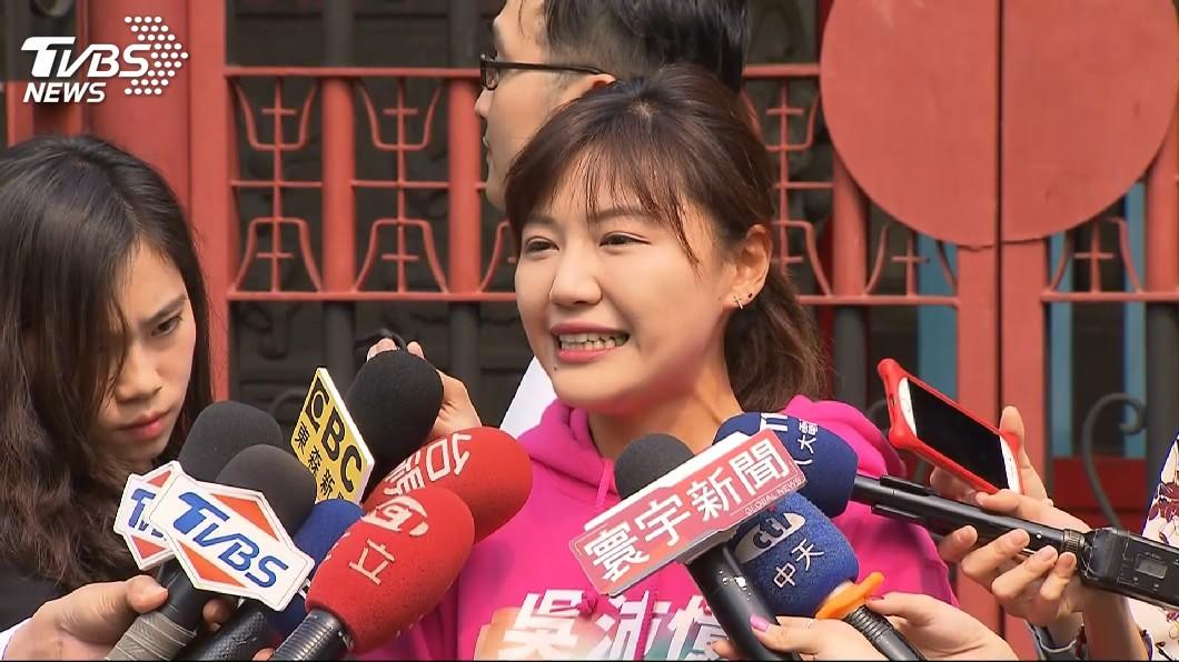 民進黨台北市議員吳沛憶在議會質詢時認為,萬華當地警方掃黃不力,執行任務時竟顧著滑手機,此話引發基層員警反彈。(圖/TVBS)