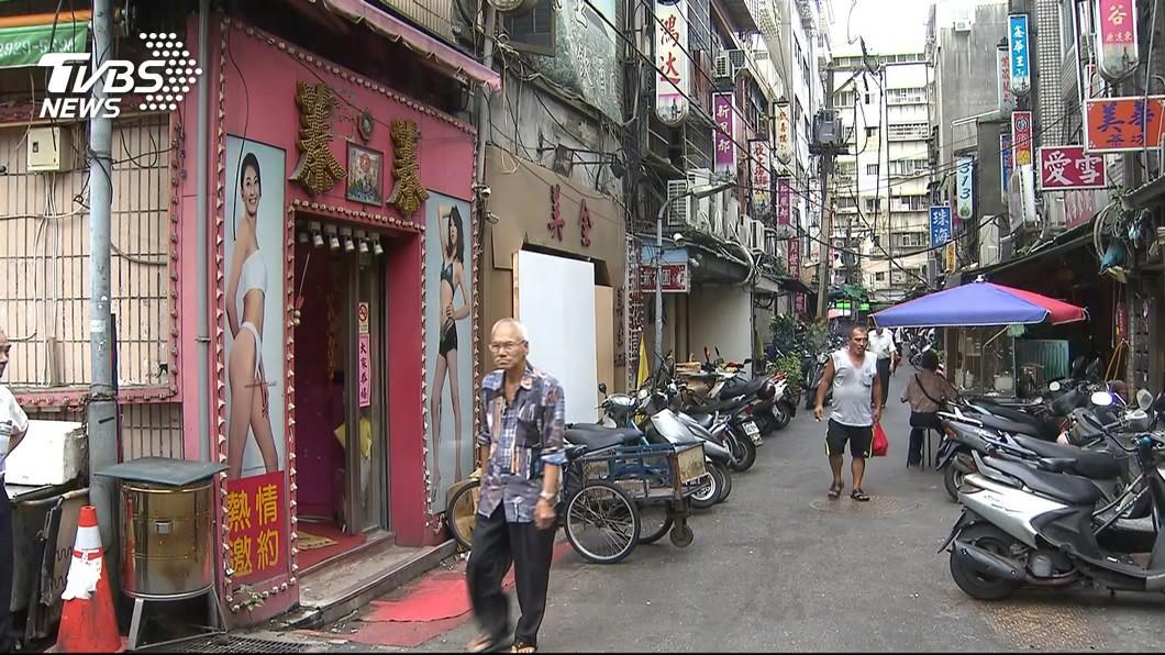 萬華地區充斥著不少私娼寮,不少賣淫女公然在街上拉客。(圖/TVBS) 吳沛憶批警掃黃只顧滑手機 基層怒:那是警用載具