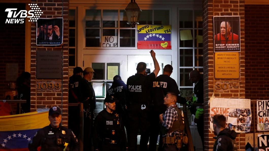 圖/達志影像路透社 占領駐美使館數週 警驅離支持馬杜洛抗議人士