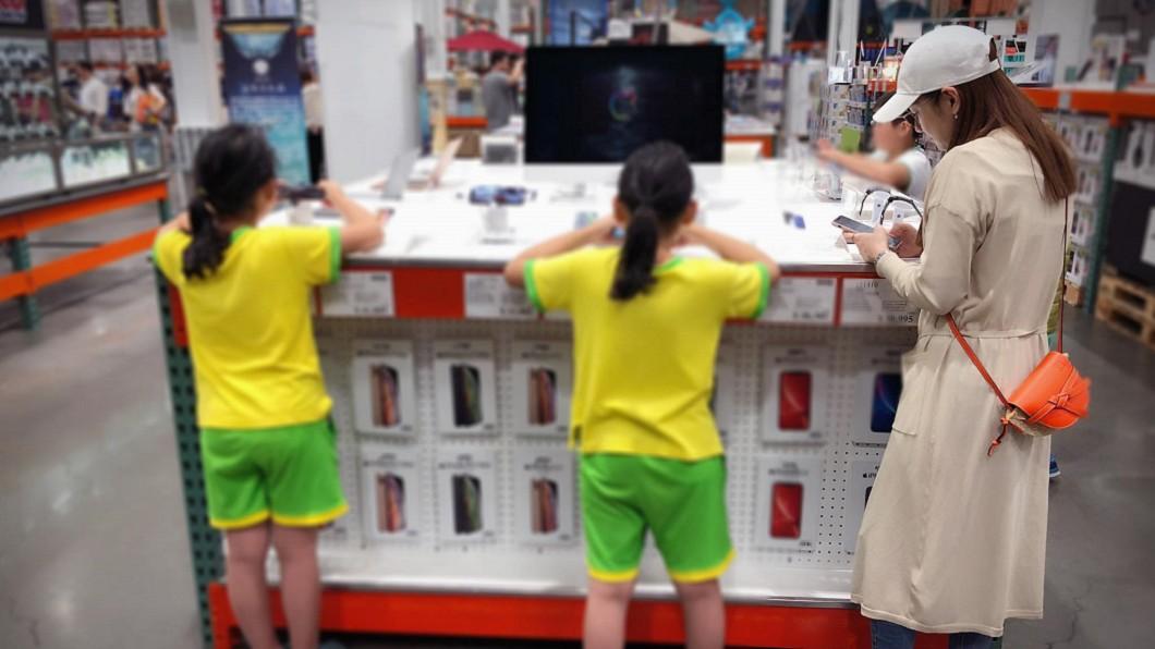 圖/翻攝自 Selina 臉書 天團女神0偽裝逛賣場 路人只顧滑手機…沒發現