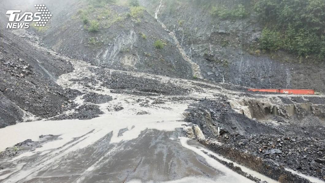 南投山區也是多處有落石及淹水的情況。圖/中央社