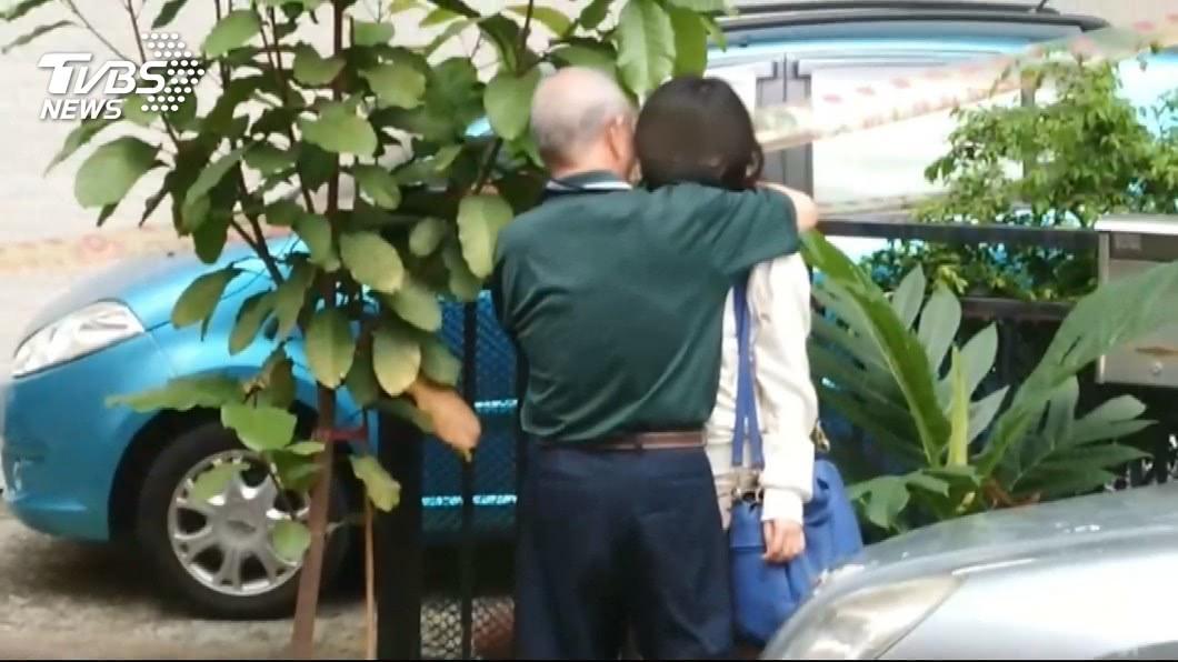劉女得知父親葬身火警意外後,與外公相擁而泣。圖/TVBS 醫科女疑縱火燒死父親 知情者:她符合減刑條件