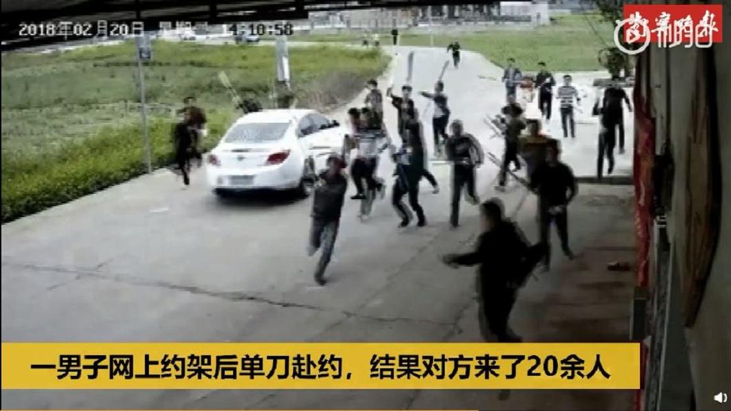 一名男子為了要幫弟弟和友人出氣,獨自一人前往和對方談判,結果遭20多人追砍。(圖/翻攝自陸網) 幫胞弟和友人出頭…男在群組叫囂 單刀赴約被28人追砍