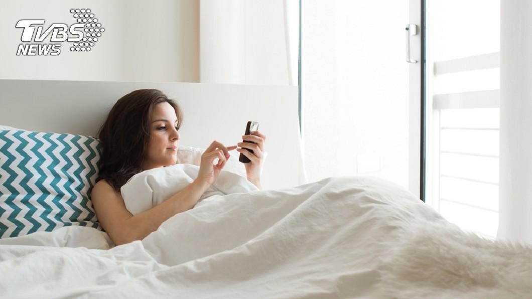 不少人會透過睡前時間追劇,小心長時間低頭會造成「簡訊頸」。圖/TVBS