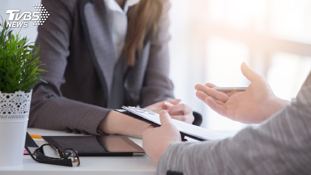 不少人都有面試找新工作的經驗。(示意圖/TVBS) 女報到前一天…新公司來電:離職員工留任 她淪失業人口