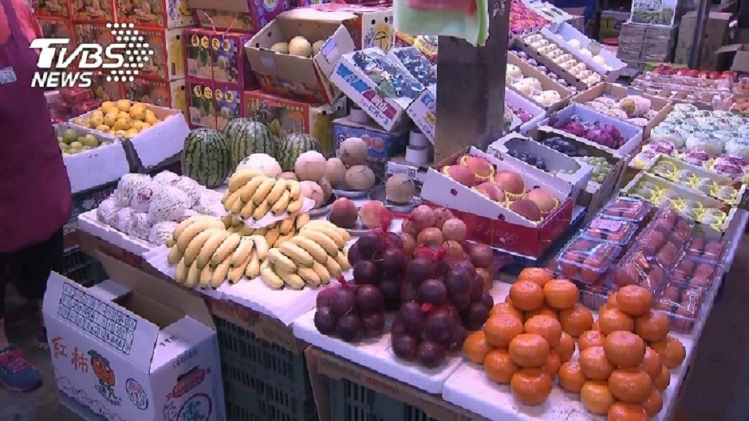 常見許多市場或店面有專門賣水果的攤位。(示意圖/TVBS) 父「賣水果的」丟臉?他被同學嘲笑 網曝:出社會就知道