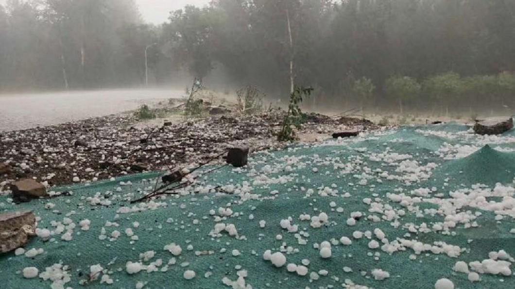 圖/微博 「雞蛋大冰雹」狂襲!1.1萬畝櫻桃全爛 車窗慘遭砸破