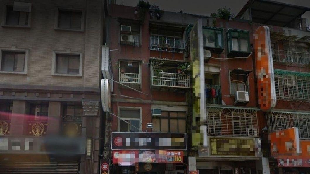 新北市三重區一處民宅,19日深夜發生男子抱著1歲女兒從3樓住處往下跳的事件。(圖/翻攝自Google Map) 和前妻大吵 年輕爸抱1歲女從3樓往下跳