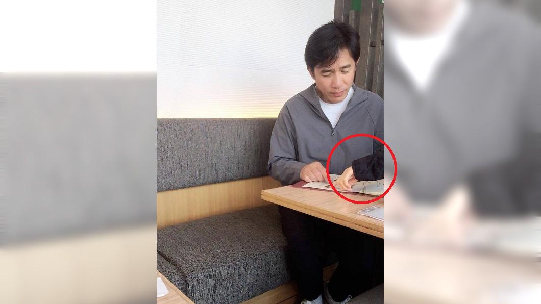 右邊伸出手的男子就是張學友。圖/翻攝自 微博