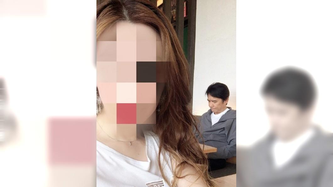 網友為了不打擾梁朝偉,自己偷偷借位合照。圖/翻攝自 微博