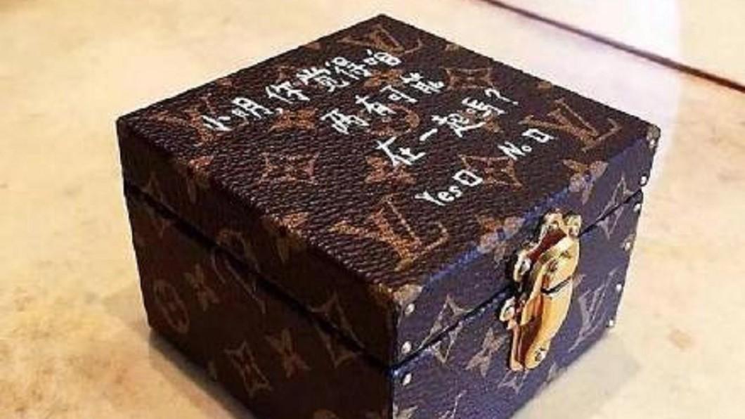 何猷君日前求婚也在名牌鑽戒盒上塗鴉告白。(圖/翻攝自微博)
