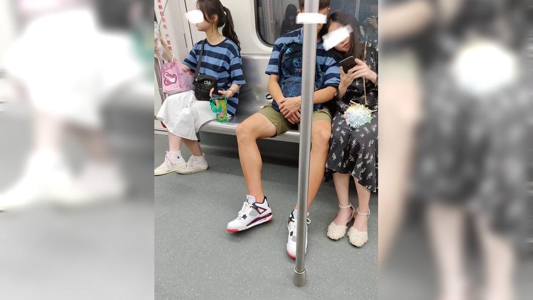 網友在臉書分享一張「撞衫」的照片。圖/翻攝自爆料公社臉書 神撞衫!男友與陌生女穿「情侶裝」 慘變三人行