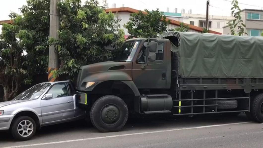 圖/中央社(民眾提供) 軍用卡車擦撞8輛汽車 警方調查無人傷亡