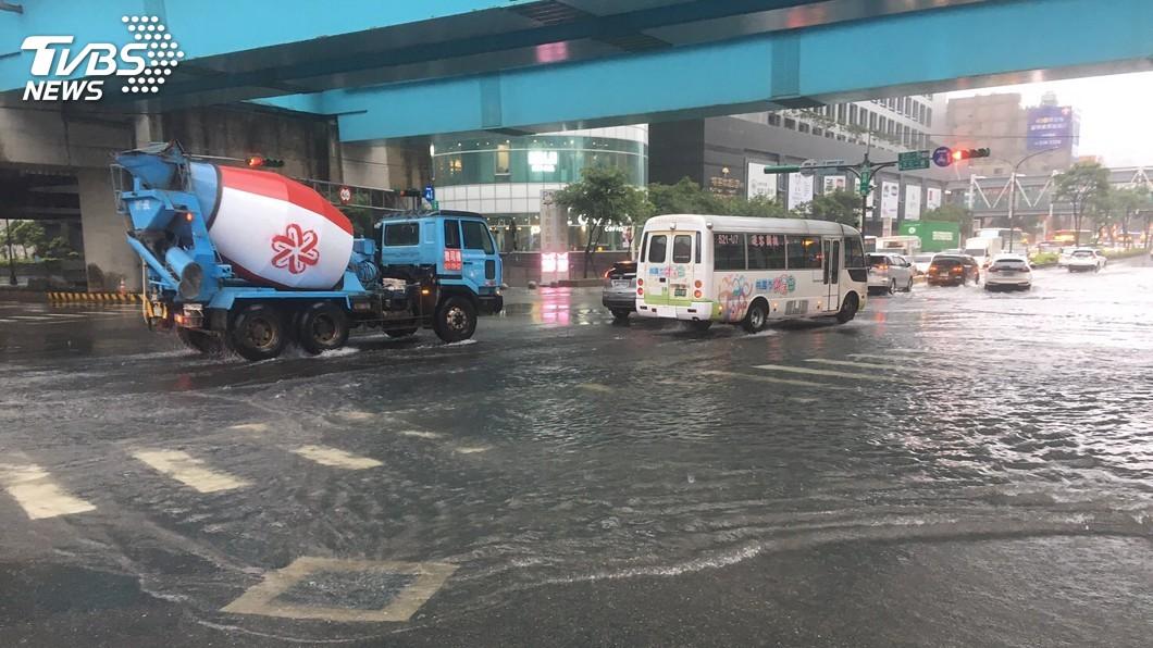圖/中央社 機場捷運A8站前積水 車流緩慢交通受影響