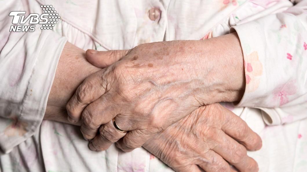 高雄市一名女子放任臥病在床的母親獨自在家,自己卻住院6天不理她,導致母親病死家中。(示意圖/TVBS) 僅留1杯牛奶4顆櫻桃…女求警送己就醫 住院6天病母亡