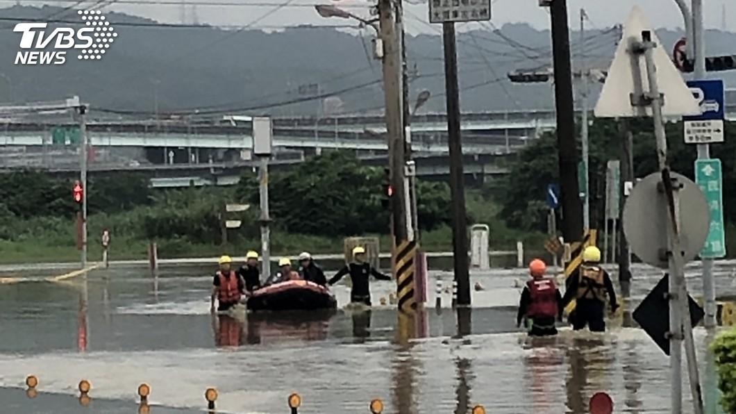 圖/中央社 新北大雨五股區淹水 警消橡皮艇助6人脫困