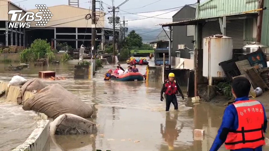 強雷雨胞橫掃全台,中南部淹水災情慘重。圖/TVBS