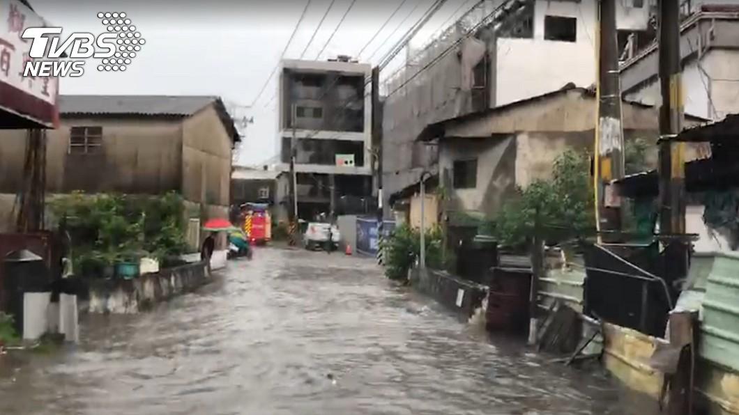 強大豪雨造成台中多處地區淹水。圖/TVBS