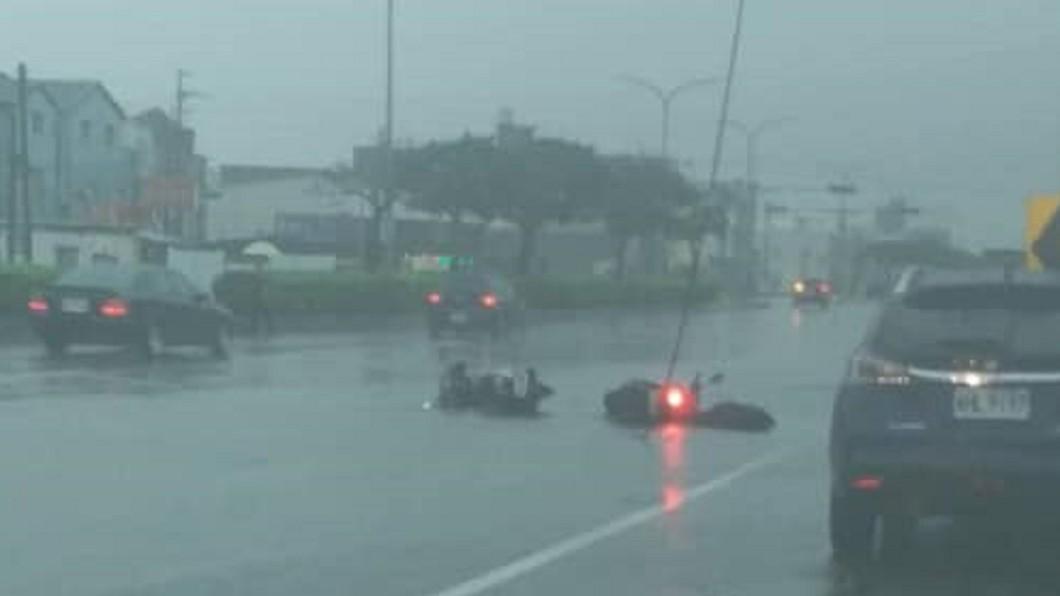 圖/翻攝臉書報料公社 豪雨連炸2小時!台中騎士遭「高壓電擊」 水淹到臀部