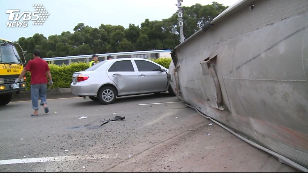 圖/TVBS 疑煞車失靈轉彎避難 槽車翻覆頭身分離