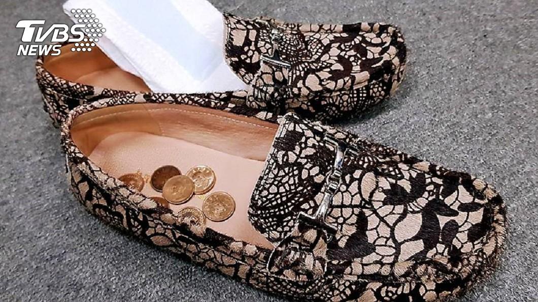 下次鞋子濕了或有異味,不妨試試衛生棉或1元硬幣。圖/TVBS