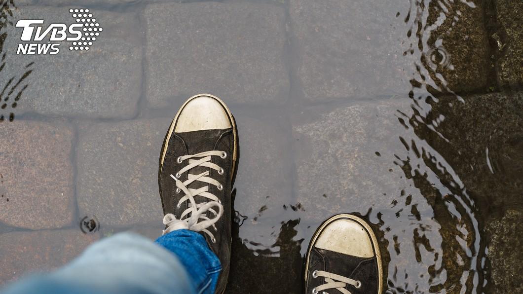 示意圖/TVBS 下雨天鞋子濕了怎麼辦? 「這3東西」竟可速乾防臭