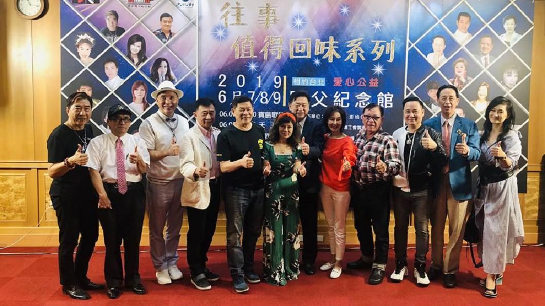 康龍(左一)出席公開宣傳公益演唱會活動。(圖/翻攝自廖偉凡臉書)