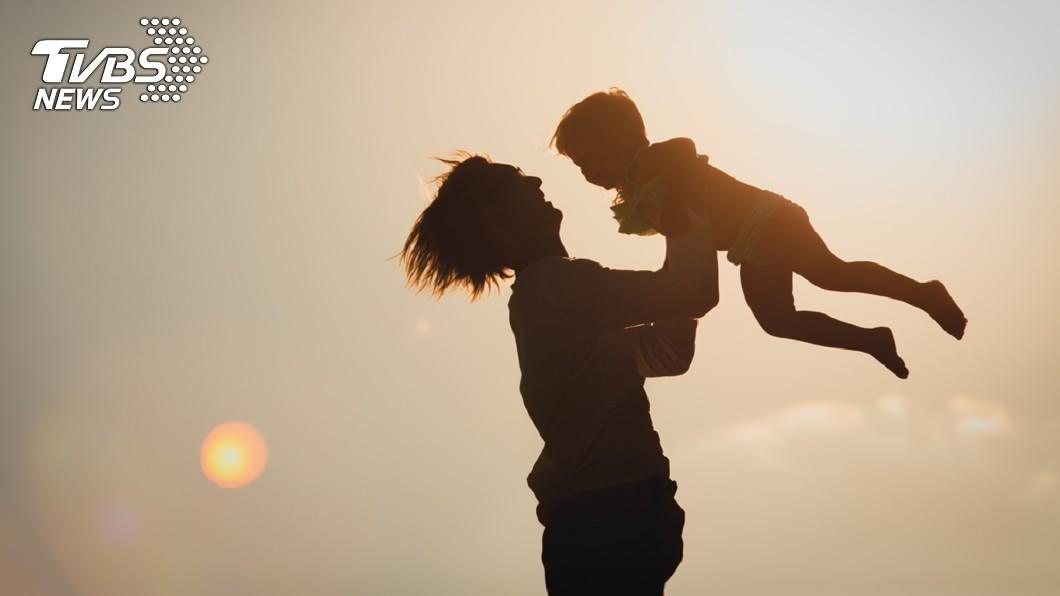 示意圖/TVBS 父舉起3歲女玩「飛高高」 下秒吊扇削過頭皮…爆血命危