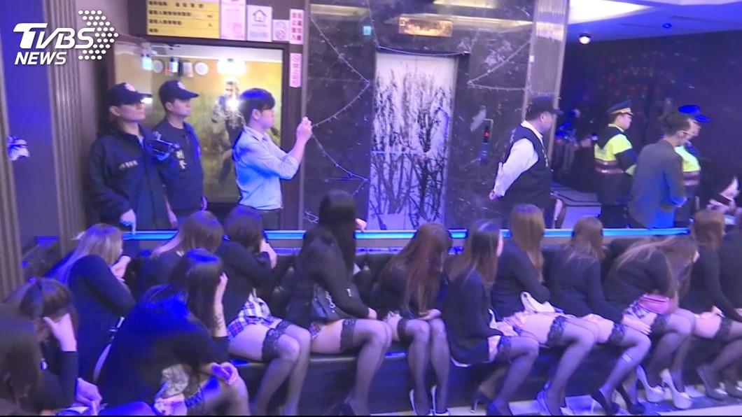 台語歌手開酒店雇用未成年少女陪酒坐檯,遭到警方查獲。(示意圖/TVBS) 台語歌手開酒店…雇未成年少女坐檯 幹部判刑他落跑