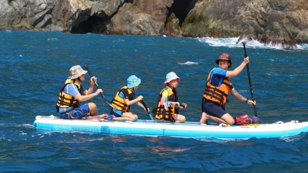 夏日熱搜水上活動-宜蘭烏岩角巨型SUP體驗。(圖/Tripbaa趣吧!亞洲自由行專家)