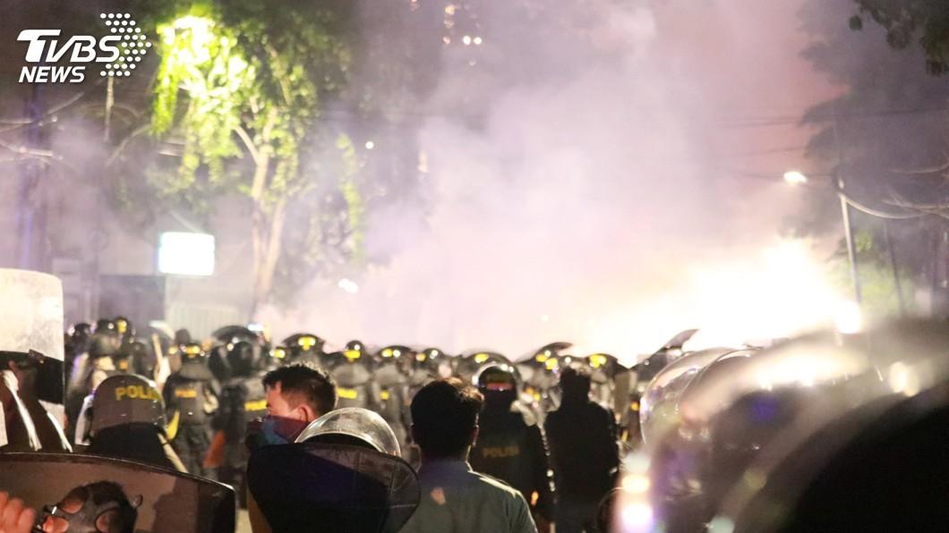 圖/中央社 印尼大選公布後群眾上街未散 警催淚瓦斯驅離