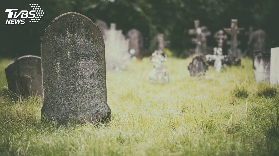 一名美魔女不滿遭對方分手,報警提告稱自己酒醉時遭對方載往墳場性侵得逞。(示意圖/TVBS) 午休約墳場激戰2回合…美魔女不滿被分手 告他酒後性侵